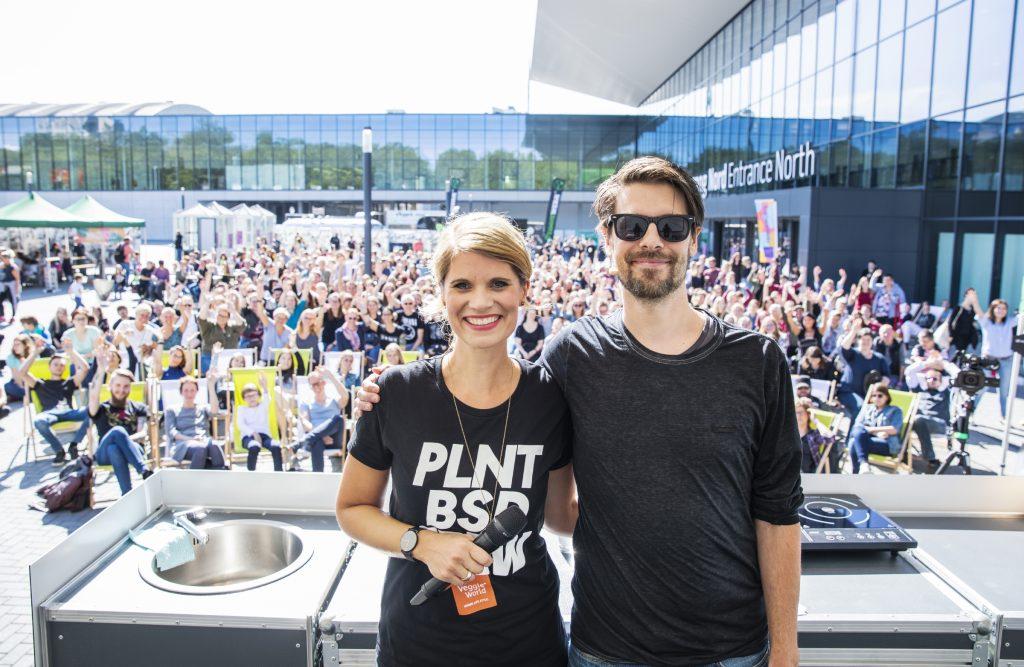 Der Graslutscher mit VeggieWorld Moderatorin Rina Knoll auf der VeggieWorld Dortmund 2019