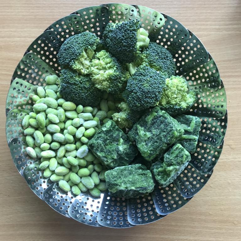 Brokkoli, Spinat und Edamame im Dampfgareinsatz