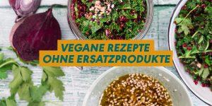 """Grünkohlsalat im Bügelglas, darüber der Schriftzug """"Vegane Rezepte ohne Ersatzprodukte"""""""