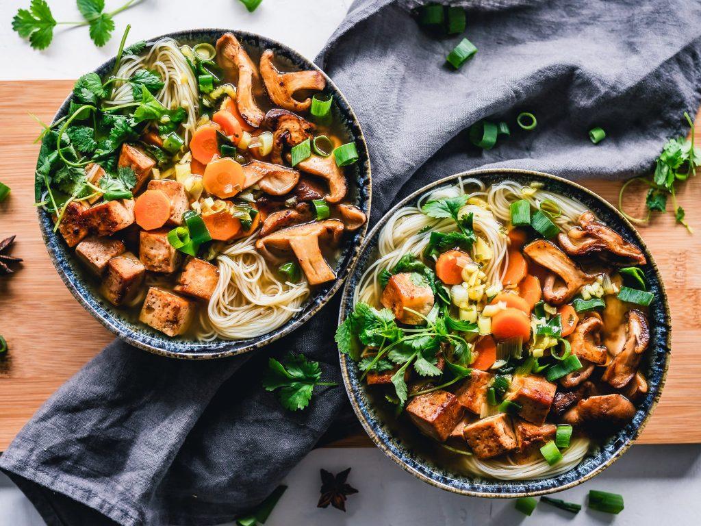 Zwei Suppenschüsseln auf grauer Tischdecke