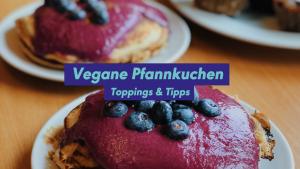 Vegane Pfannkuchen mit Blaubeeren und Blaubeercreme