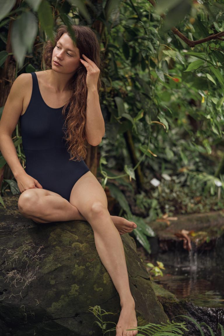 Frau trägt blauen veganen Badeanzug von Bleed