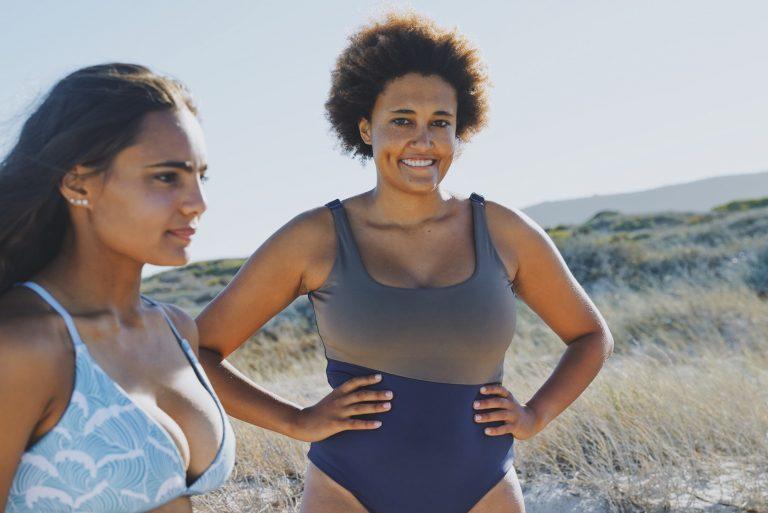 Zwei Personen, die vegane Bademode von boochen tragen