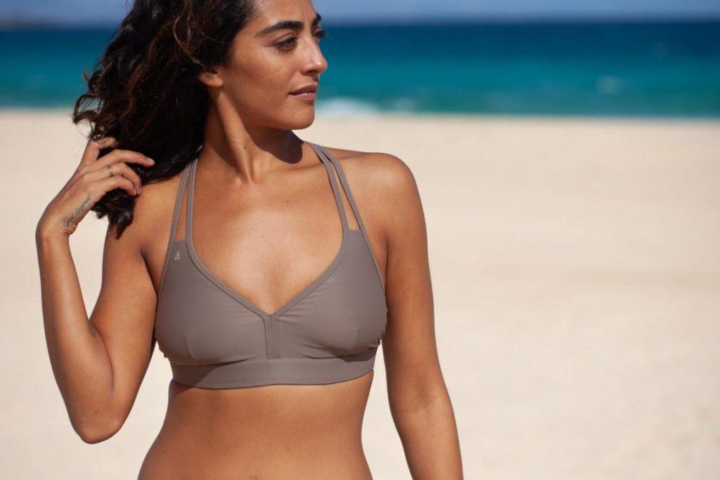 Person am Strand, die veganen Bikini von INASKA trägt