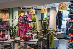 Bunte und nachhaltige Mode im Konzeptladen von Gudrun Sjödén